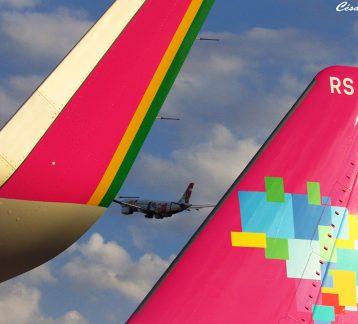 Foto de aeronave da TAP no céu, por trás de uma aeronave da AZUL