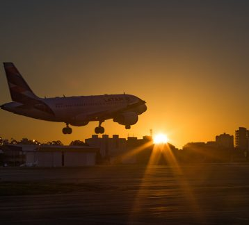 Foto de avião em amanhecer na cidade de São Paulo