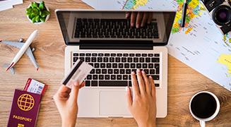 Pessoa comprando passagem aérea pelo computador