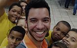 Vídeo mostra funcionário da Gol fazendo trabalho voluntário em escolas públicas
