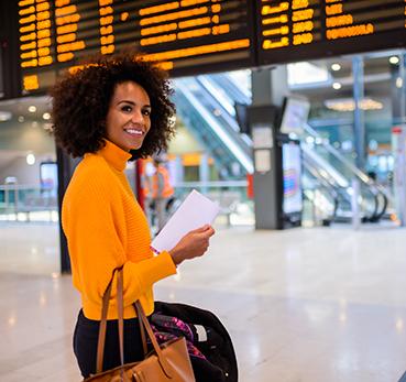 Mulher caminhando em um saguão de aeroporto