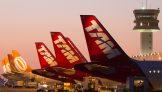 Aviões da Latam e Gol alinhados em aeroporto do Rio de Janeiro