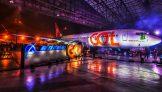 Avião da Gol no hangar de manutenção iluminado por luzes coloridas em evento no aeroporto