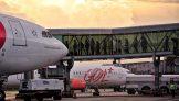 Aviões estacionados com finger acoplado para entrada de passageiros
